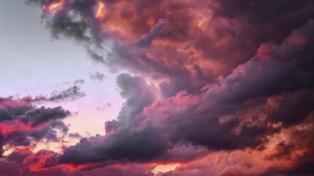 아름다운 일몰 분홍색 하늘, 진홍색 푸른 구름