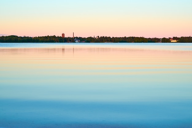 湖に映る美しい夕日
