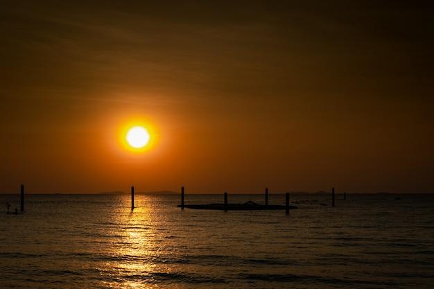 美しい夕日の海のビーチビューの夜の時間