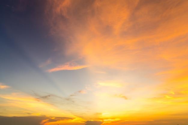 美しい夕焼け雲、劇的な夕暮れの空