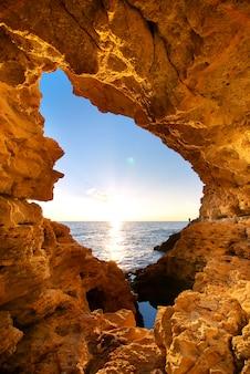 海の洞窟からの美しい夕日