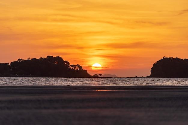 ランタ島、クラビ県、南タイ、美しい黄金の夕暮れの空、小さな島からの美しいサンセットビュー