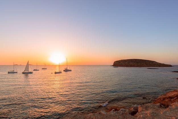 Прекрасный вид на закат на острове ибица вид с пляжа cala escondida. балеарские острова, испания