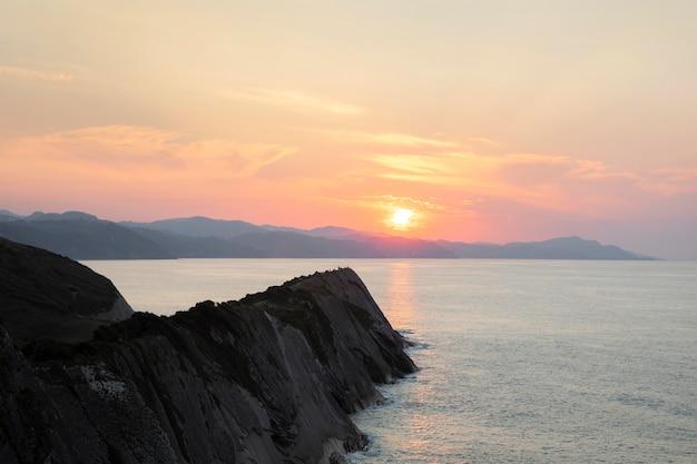 海と美しい夕日の眺め