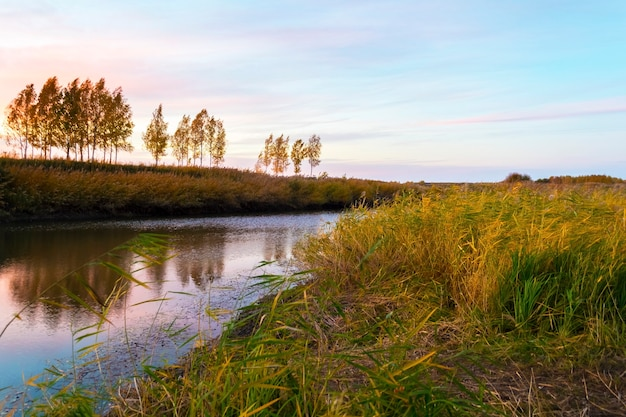 川の上の素晴らしい空と美しい夕日。風景