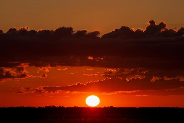 農業分野の上の雲と美しい夕日