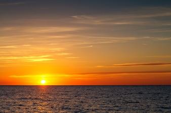 海の上の雲と美しい夕日