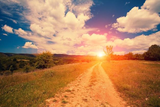 田園地帯の曇り空と美しい夕日
