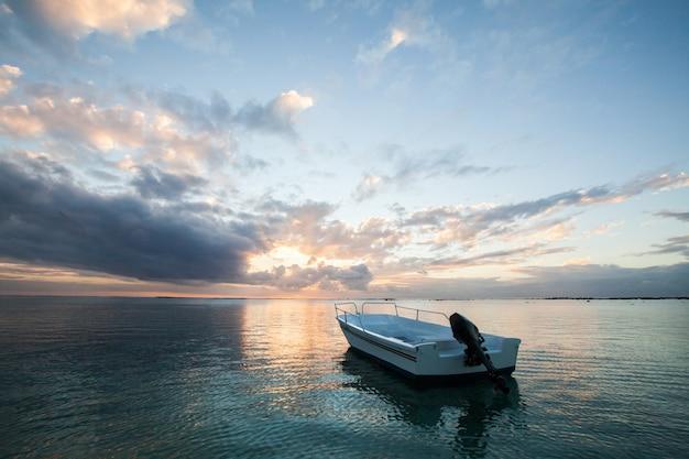 漁船と美しい夕日