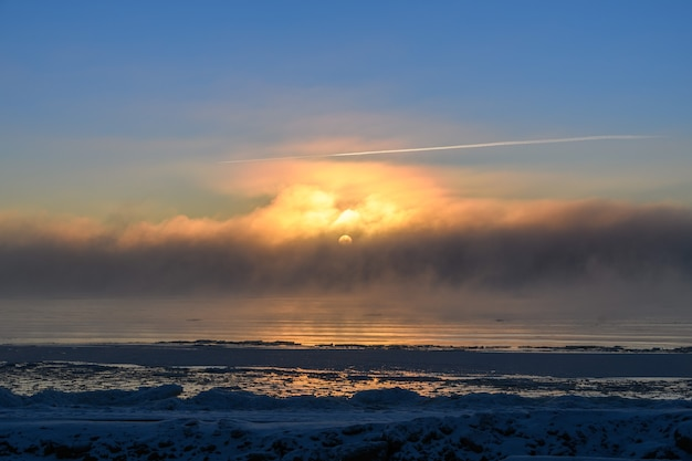 冬の北極海の霧と美しい夕日。海の霧。凍った空気。