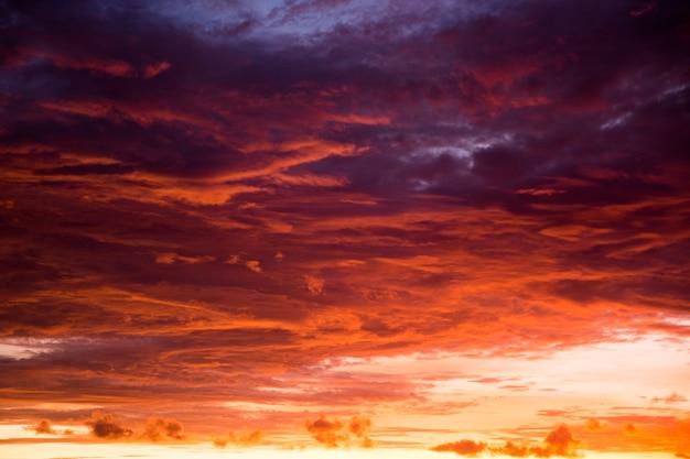 インドネシアのバリ島の黄色と紫の空と美しい夕日。自然の概念。