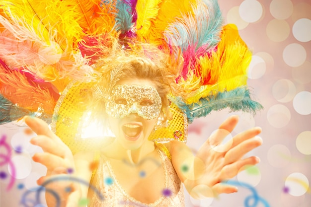 カーニバルマスクの美しい驚きの女性仮面舞踏会のマスクを身に着けている美容モデルの女性