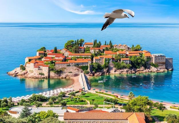 Красивый остров свети-стефан на будванской ривьере, черногория.