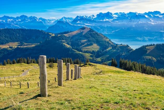 夏の美しいスイス山