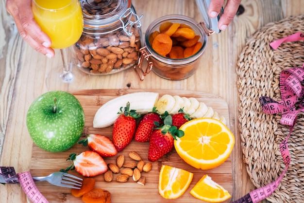 健康的な食べ物、果物、野菜でいっぱいの美しいテーブル-正気のライフスタイルのコンセプト