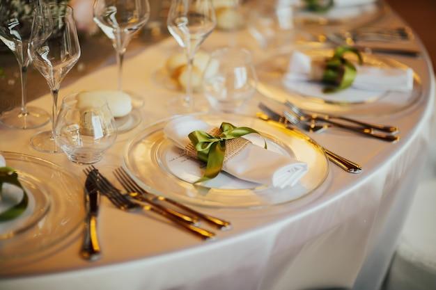 いくつかのお祝いのイベント、パーティーや結婚披露宴のための美しいテーブルセット。