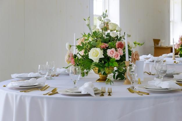 Красивый столовый сервиз для свадебного банкета