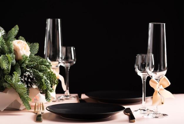 Красивая сервировка стола для торжества на двоих