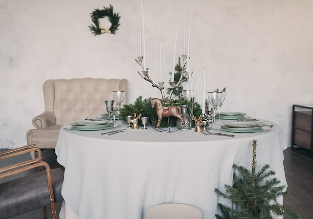 크리스마스 저녁을 위한 아름다운 테이블 세팅. 축제 분위기