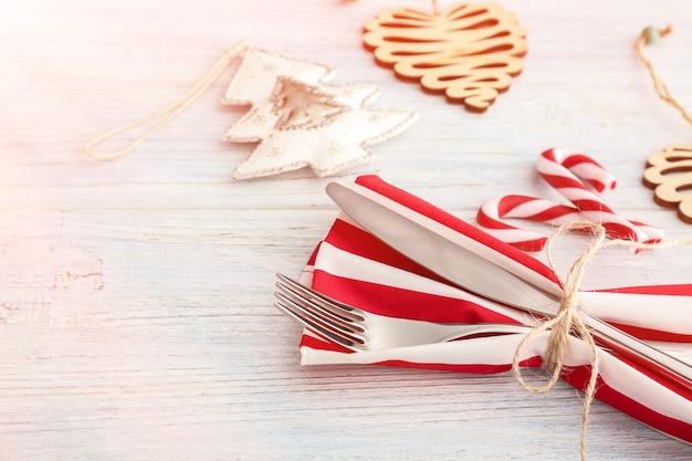크리스마스 저녁 식사를위한 아름다운 테이블 세팅