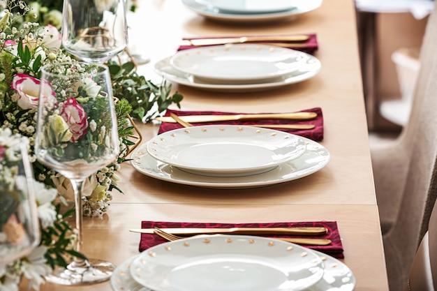 레스토랑에서 결혼식 축하를위한 아름다운 테이블 설정
