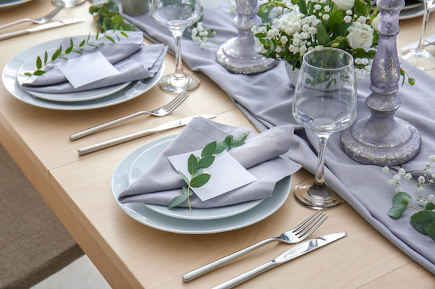 Красивая сервировка стола для свадебного торжества в ресторане