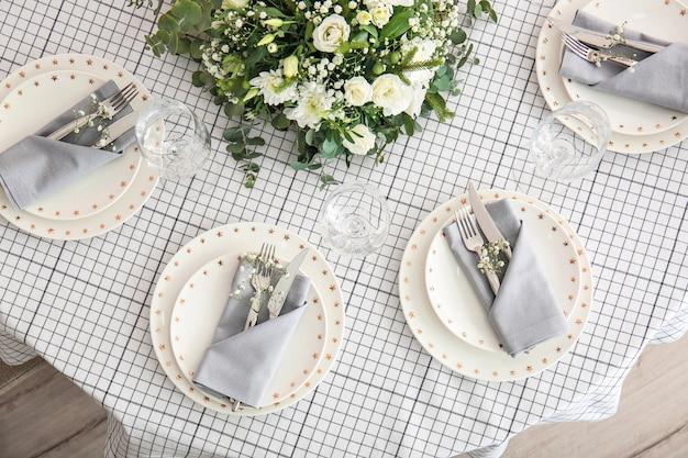 レストランでの結婚式のお祝いのための美しいテーブルセッティング