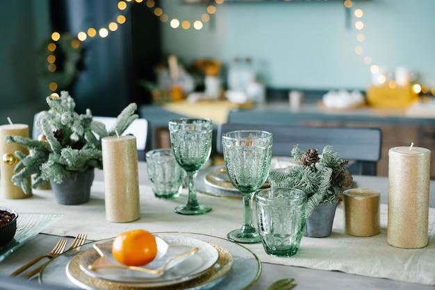Красивая сервировка стола с рождественскими украшениями в гостиной
