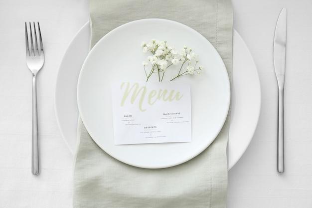 花の装飾が施された美しいテーブルセッティング