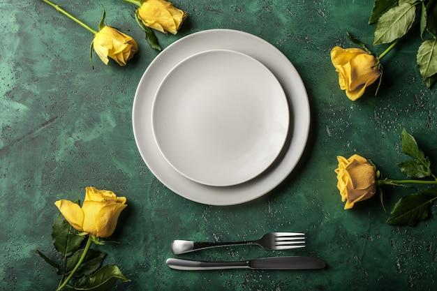 색상 배경에 꽃과 함께 아름 다운 테이블 설정