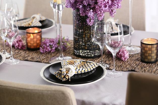 金色のカトラリーとライラックの美しいテーブルセッティング