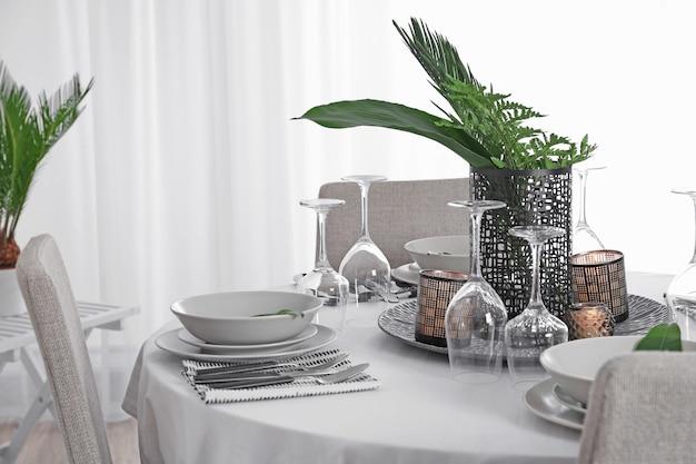 緑の熱帯の葉と美しいテーブルセッティング