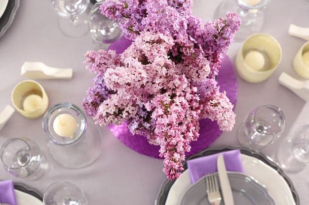 라일락 부케와 아름다운 테이블 설정