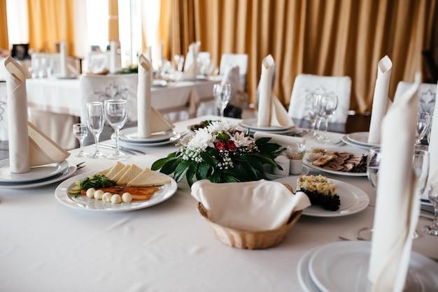 Красивая посуда, цветы и декор свечей.