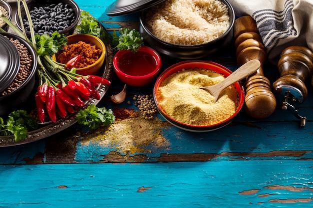 Красивые вкусные аппетитные ингредиенты специи бакалея для приготовления здоровой кухни. голубой старый деревянный фон вид сверху.