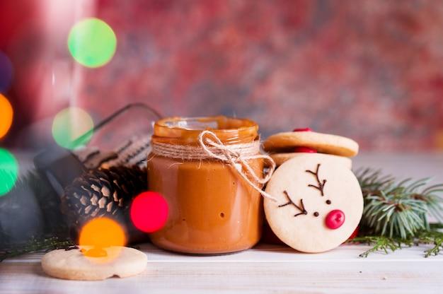 木製のトレイに鹿の銃口の形で美しいおいしい自家製クッキー。