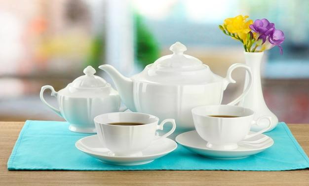 木製のテーブルで美しいお茶のサービス