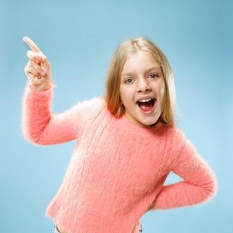 青に分離されて驚いて探している美しい十代の少女