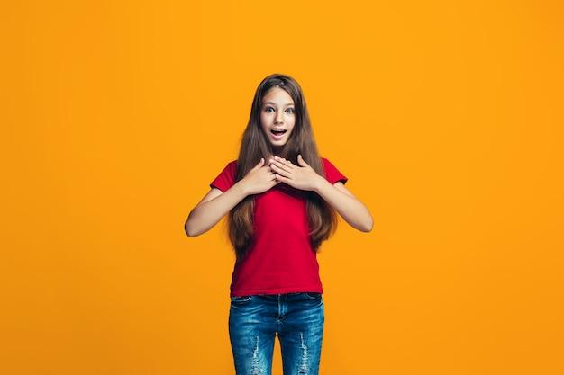 Красивая девушка ищет удивлен, изолированные на оранжевый