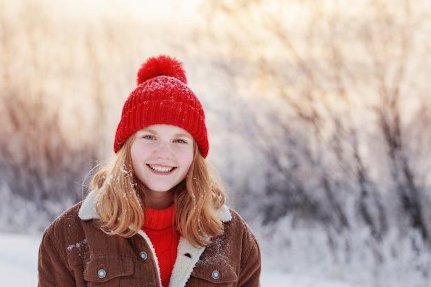 Красивая девочка-подросток на улице в зимнее время