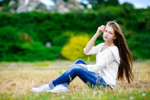 自然でポーズ美しい十代の少女。