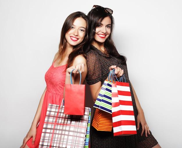 쇼핑 가방을 들고 아름 다운 십 대 소녀