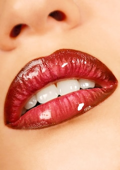 아름다운 십대 입술. 글로스 립스틱. 건강한 가죽.