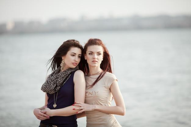 美しい十代のカップル