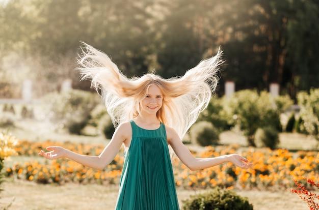 夏に公園を歩く美しい10代の少女