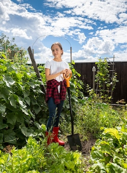 화창한 날 농장에서 정원에서 일하는 아름다운 10대 소녀