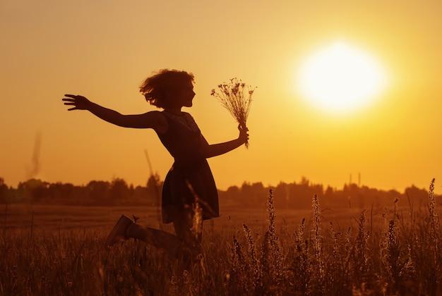 수레 국화와 여름 필드에서 아름 다운 십 대 소녀