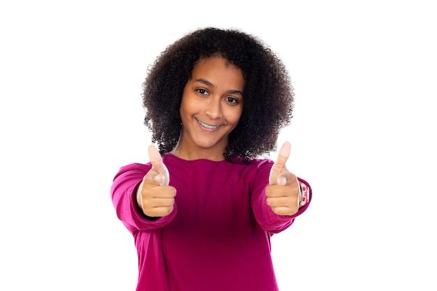 白い壁に分離された歯のブレースを持つ美しい10代の少女