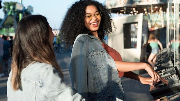 Красивые подростки наслаждаются парком развлечений