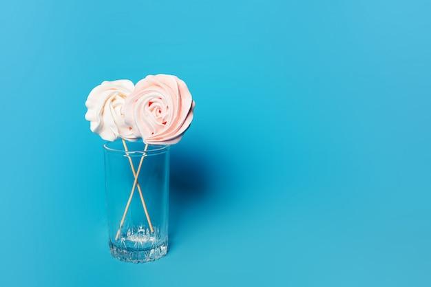 Красивые нежные безе на палочках в стакане